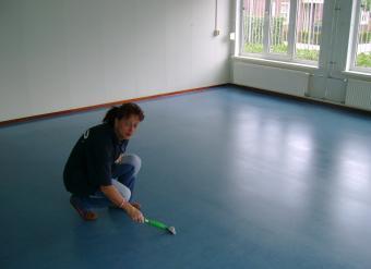 Marmoleum vloer schoonmaken fons buis vloeronderhoud en